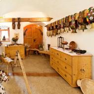 Urige Gewölbe und dicke Mauern geben dem Saalhof seinen historischen Charakter. c Saalhof