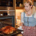 Kathrin Rieder holt die Kalbsbrust aus dem Ofen. c Edith Danzer