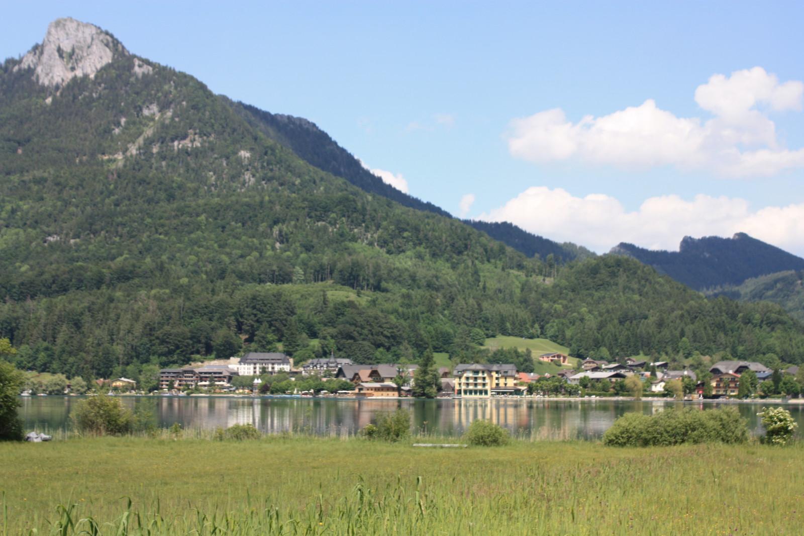 Der Ort Fuschl vom gegenüber liegenden Ufer