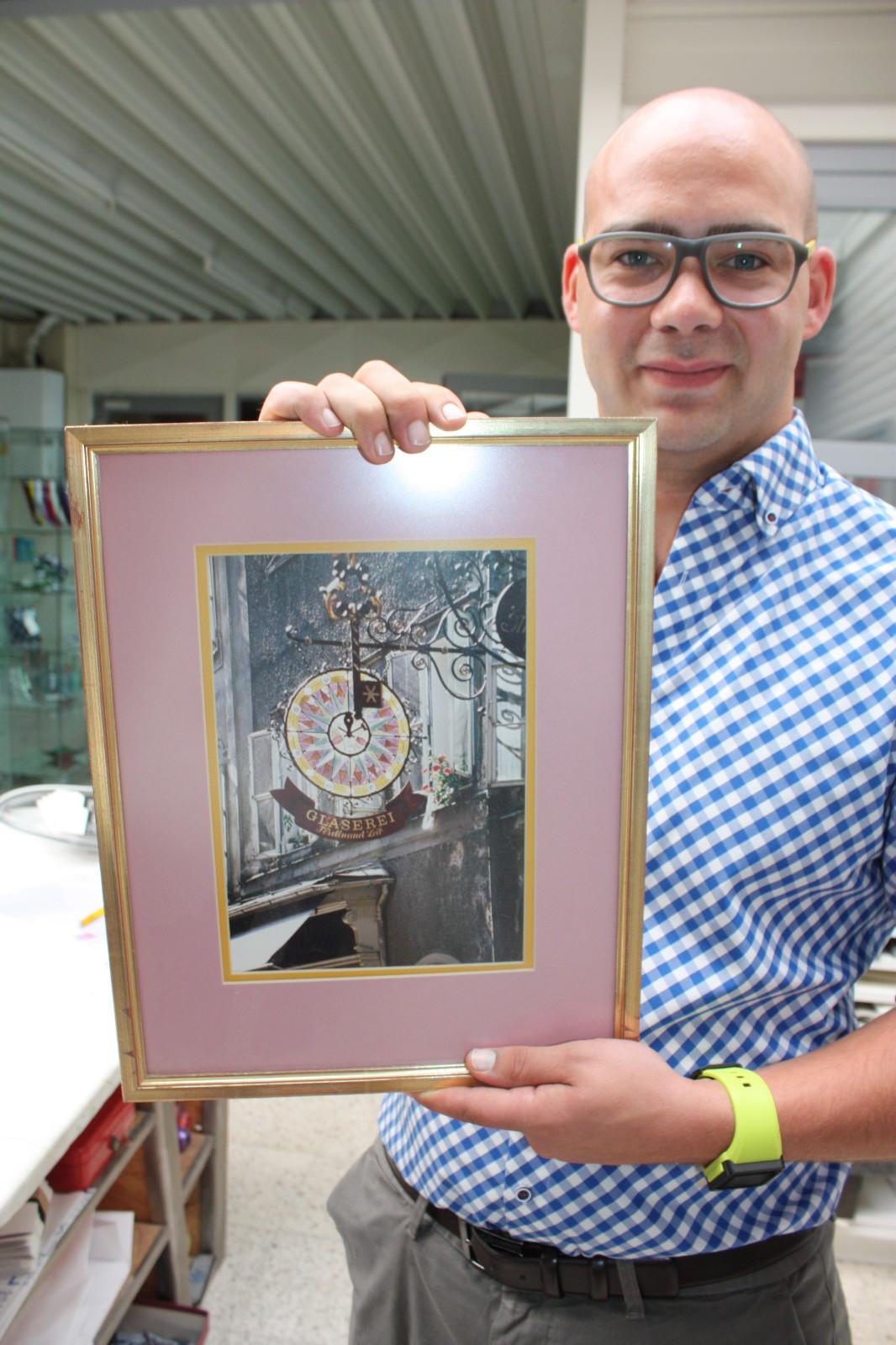 Das ehemalige Schild der Filiale in der Getreidegasse: Clemens Leib ist stolz auf seinen Urururgroßvater