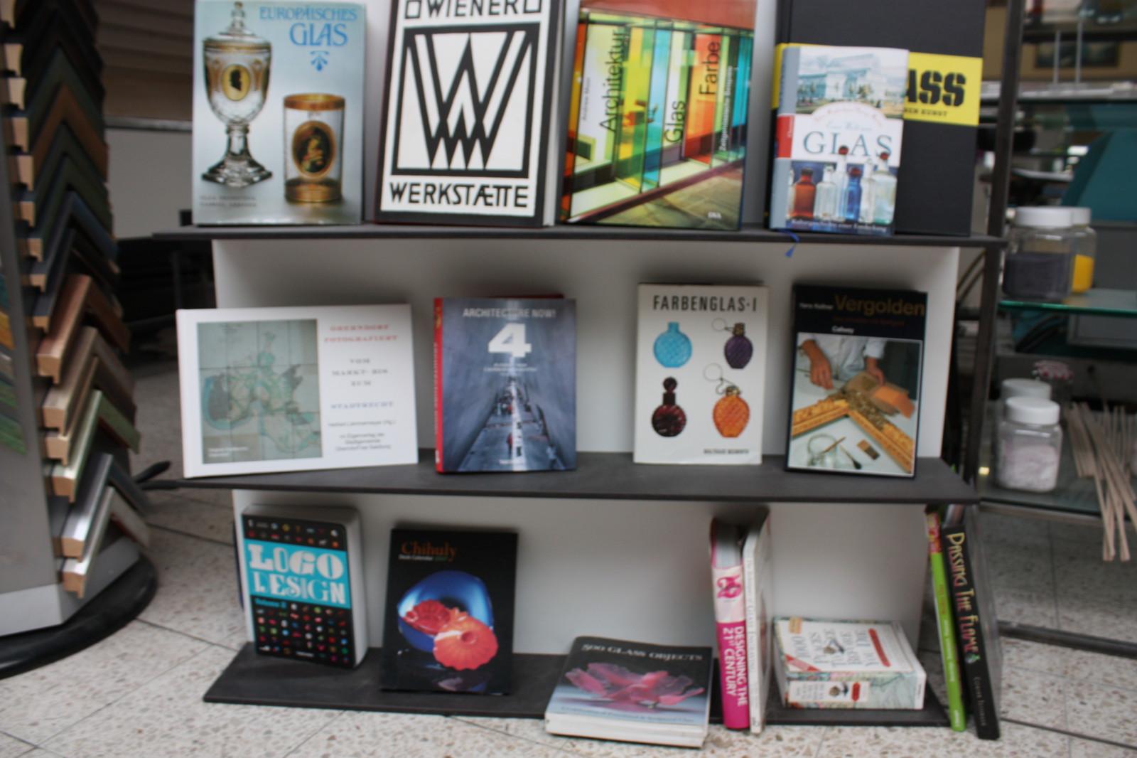 Allerhand Bücher zur Glas-Thematik finden sich ebenfalls