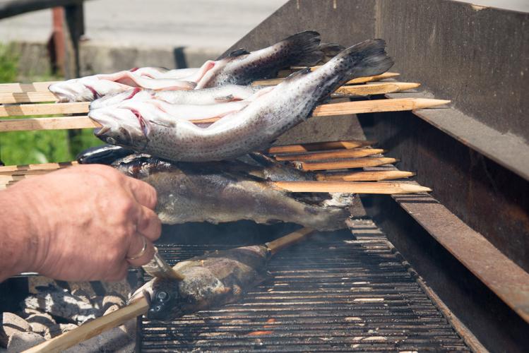 Mit dem Öl werden die Forellen bestrichen.