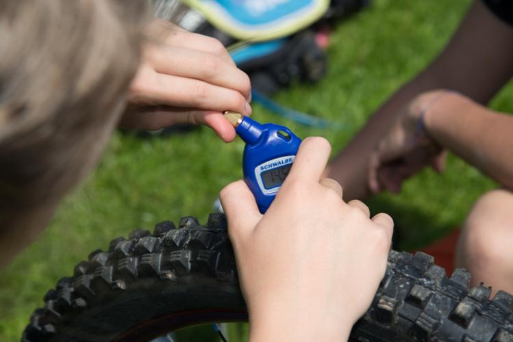 Prüfen des Reifendrucks, bevor das Rad wieder montiert wird.
