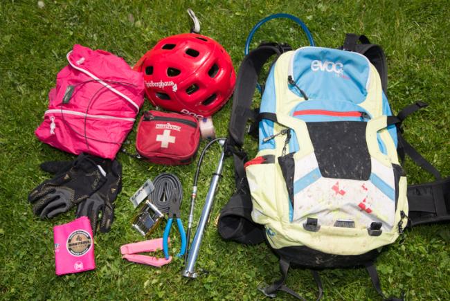 Erste-Hilfe-Paket, Werkzeug, Regenjacke, Pumpe, Ersatzschlauch und Riegel sollten im Rucksack sein.