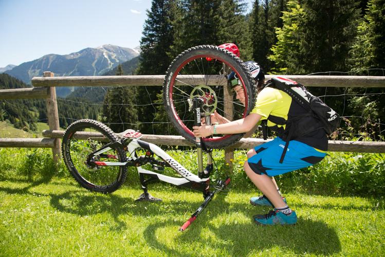Das Bike zur Abnahme des Rades auf Lenker und Sattel stellen...