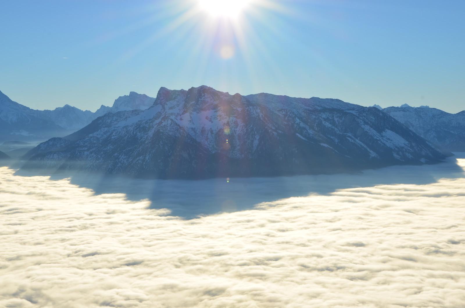 Der Untersberg erhebt sich aus dem Nebelmeer