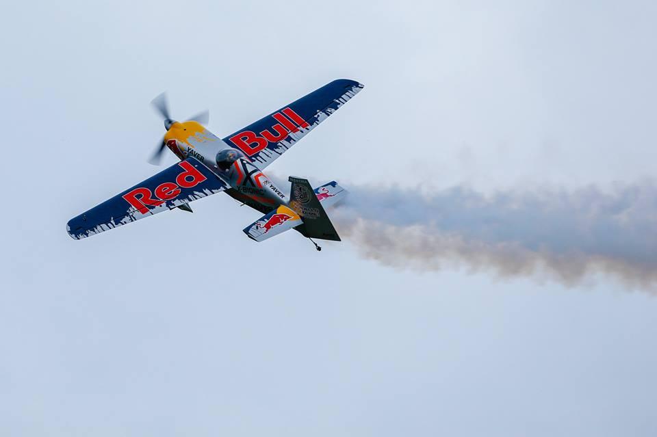 Hannes Arch mit Flugshow über dem Festivalgelände