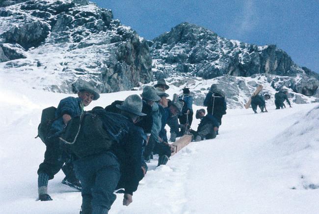 Im August 1960 gelang es den Männern das Gipfelkreuz innerhalb von zwei Tagen auf den Lammkopf zu transportieren.