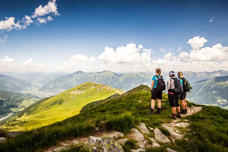 Wandergruppe mit grandioser Aussicht ins Gasteinertal