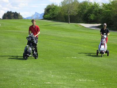 Gehen mit dem Golfbag