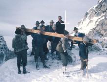 Der damalige Transport kurz vor dem Gipfel durch einige kräftige Männer.