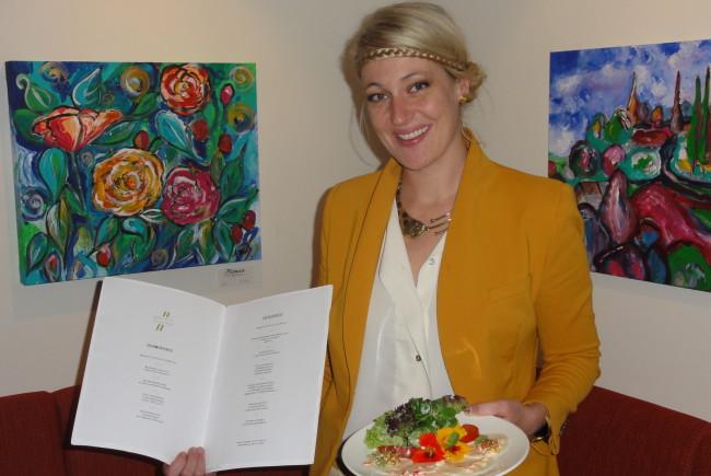 Isabella Dschulnigg-Geissler ist die Sprecherin der Lifetime-Hotels und präsentiert ein der Lifetime-Vorspeisen. c lifetimehotels