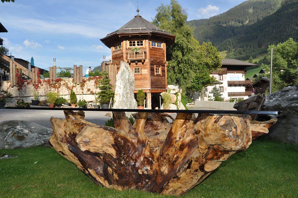 Ein mächtiger Wurzeltisch im Garten des Alpine Palace.