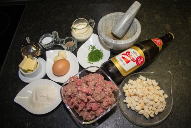 Die Zutaten für die Bierfleischknödel.