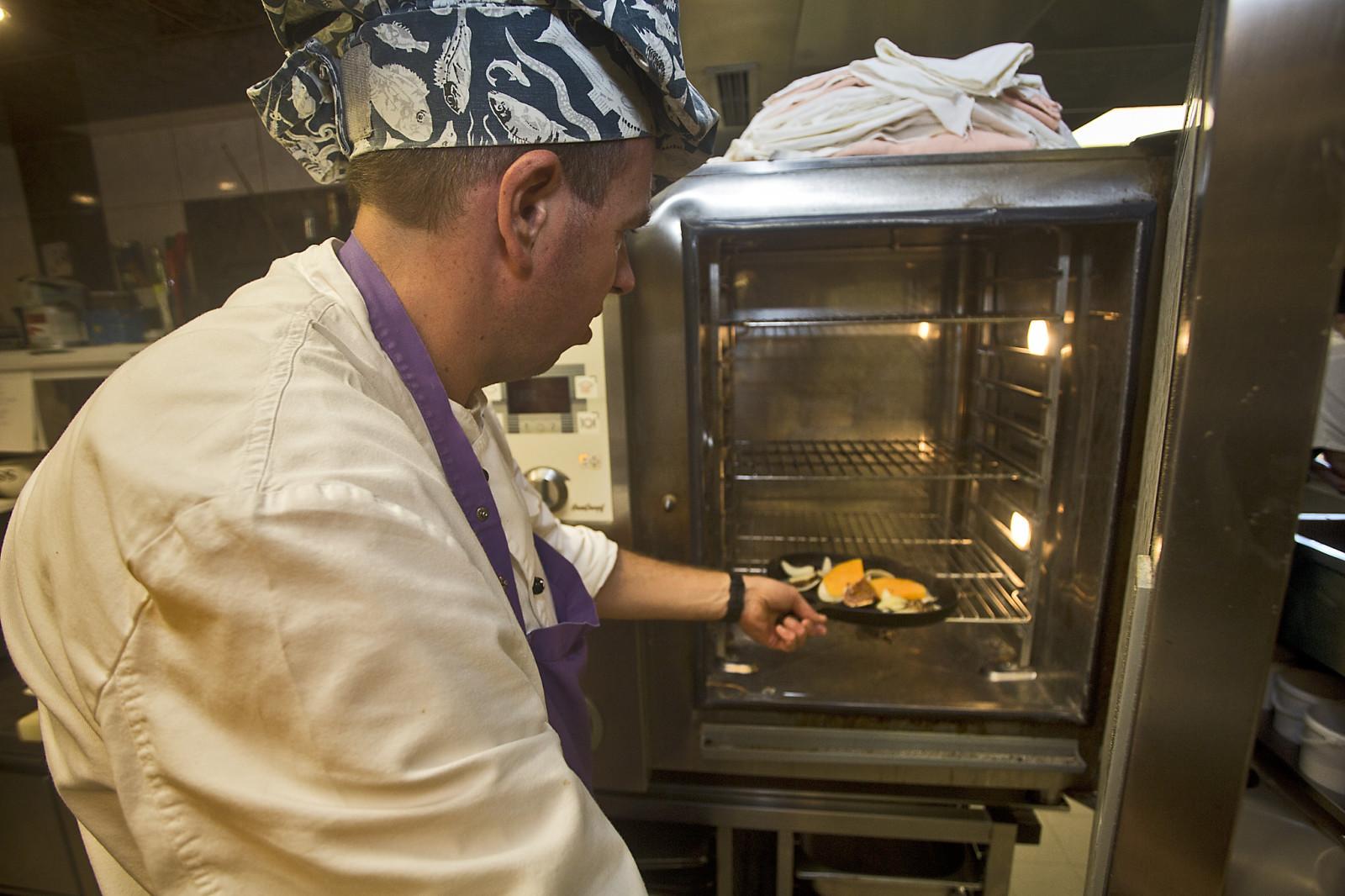 Man gibt die Pfanne ca. 10-15 Minuten in den Ofen.