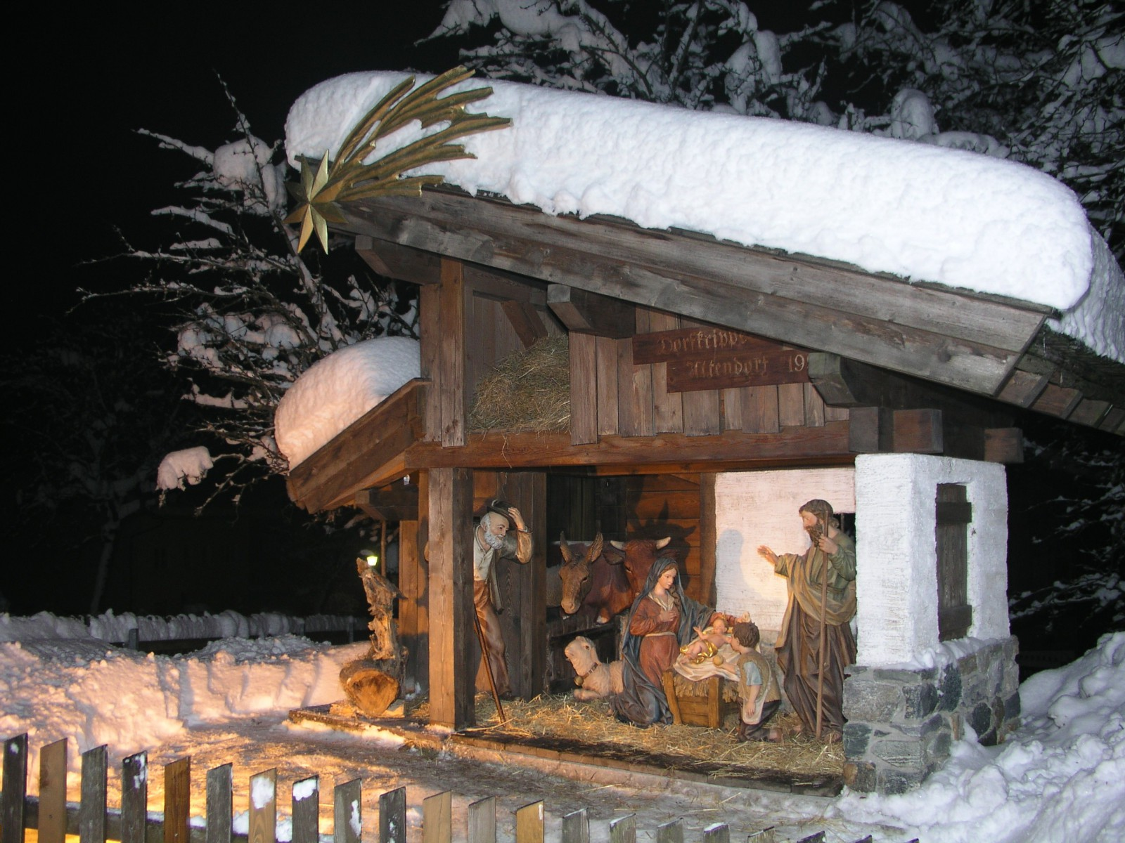 Dorfkrippe Uttendoerf aus dem Jahr 2006 mit über 1 Meter hohen Figuren.