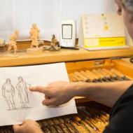 Nach Kundenwunsch fertigt Peter Volgger Skizzen der Figuren an - auf anatomische Korrektheit legt er viel wert.