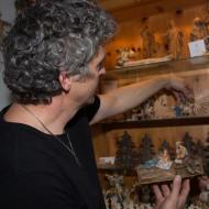 Die Vitrine im Atelier zeigt einige Figuren aus der Schaffenszeit des Schnitzers.