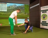 """die Indoor-Golf-Simulationsanlage von Trugolf samt """"TrackMan PRO IIIe"""" High-Tech Analysegerät, bedient und betreut von Experte Markus Teubner (rechts) von Systema Golf"""