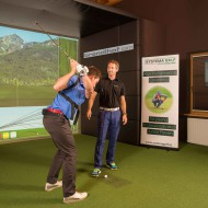"""Training auf der neuen Indoor-Golf-Simulations-Anlage des GC Brandlhof mit der """"K-VEST"""" (3-D biomechanische Bewegungsanalyse des Körpers), einem speziellen Gerät zur Golf-Leistungsdiagnostik, unter Anleitung von Markus Teubner (rechts), Golf-Experte von Systema Golf"""
