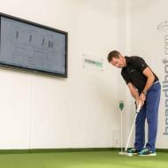 """Markus Teubner von Systema Golf testet die neue Brandlhof Putting-Trainingszone und das Golf-Leistungsdiagnostik-Gerät """"SAM PuttLab"""""""