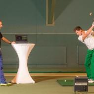 """Abschlagtraining in der Abschlag-Trainingszone des neuen """"GC Brandlhof Indoor Golf Performance-Center"""" mit dem """"TrackMan PRO IIIe"""", einem Gerät zur High-Tech Golf-Leistungsdiagnostik, unter Anleitung von Markus Teubner (links), Golf-Experte von Systema Golf"""
