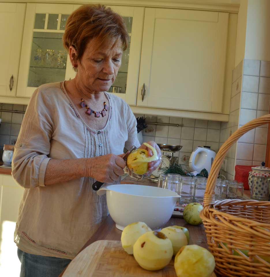 Maria beim Äpfelschälen