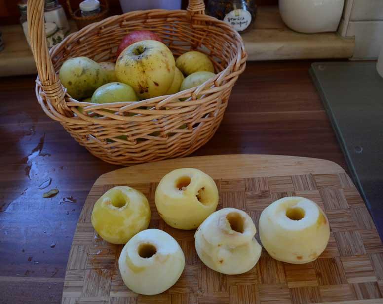 Äpfel für das Mus vorbereiten.
