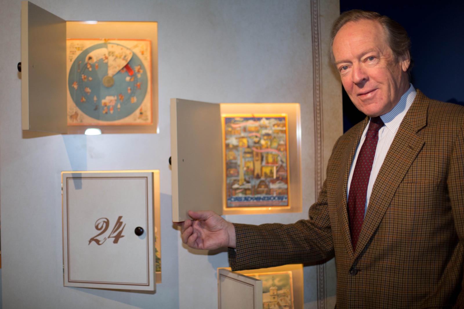 Herbert Kloiber mit dem Weihnachtskalender der Ausstellung
