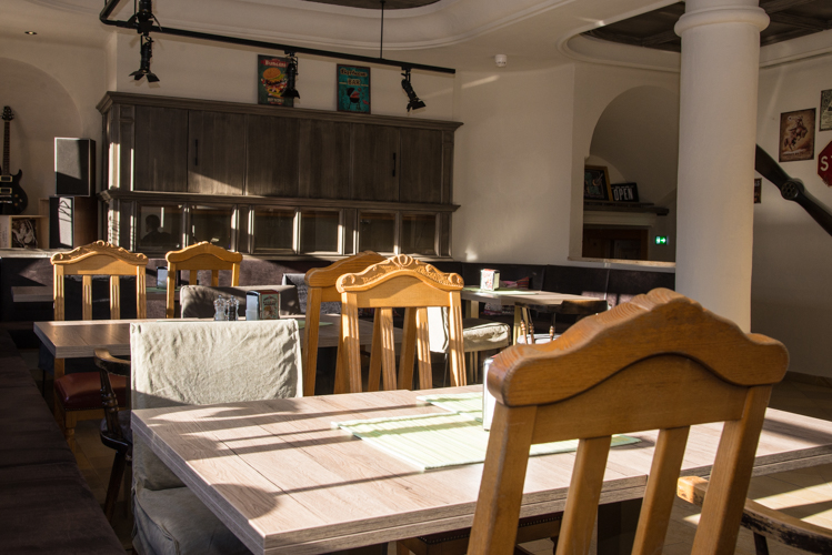 Kein Stuhl gleicht dem anderen - auch das sorgt für eine ungezwungene Atmosphäre im Restaurant.