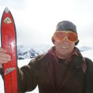 Schon etwas modernere Ski präsentiert dieser Teilnehmer.