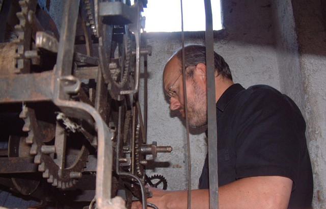 Michael Neureiter bei der Reparatur