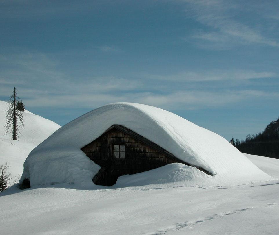 Tief verschneit ist die Postalm im Winter