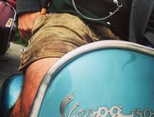 Auch beim Vespafahren im Sommer ist die Lederhose die richtige Wahl ©LederhosenDonnerstag