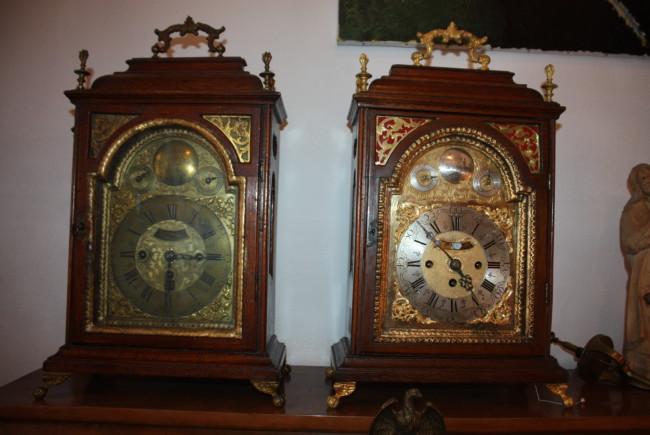 Eine Uhr aus dem 18. Jahrhundert: Links in ihrer ursprünglichen, rechts in restaurierter Form.