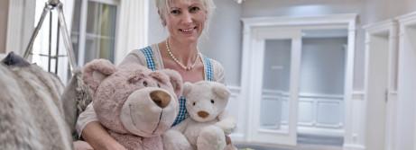 Regina Habersatter im Hotelfoyer mit zwei ihrer 4000 Teddybären (c) wildbild