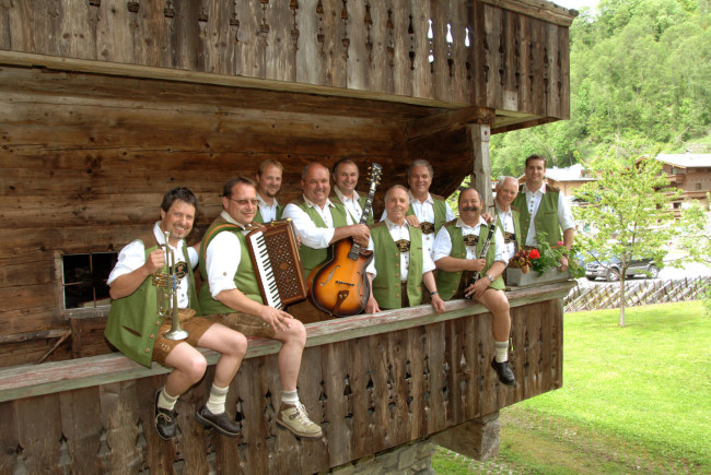 """Die legendäre """"Skilehrermusi"""" mit Frontman Bartl (4. von rechts) ist heute """"in Pension"""". c der-fotoigel.at"""