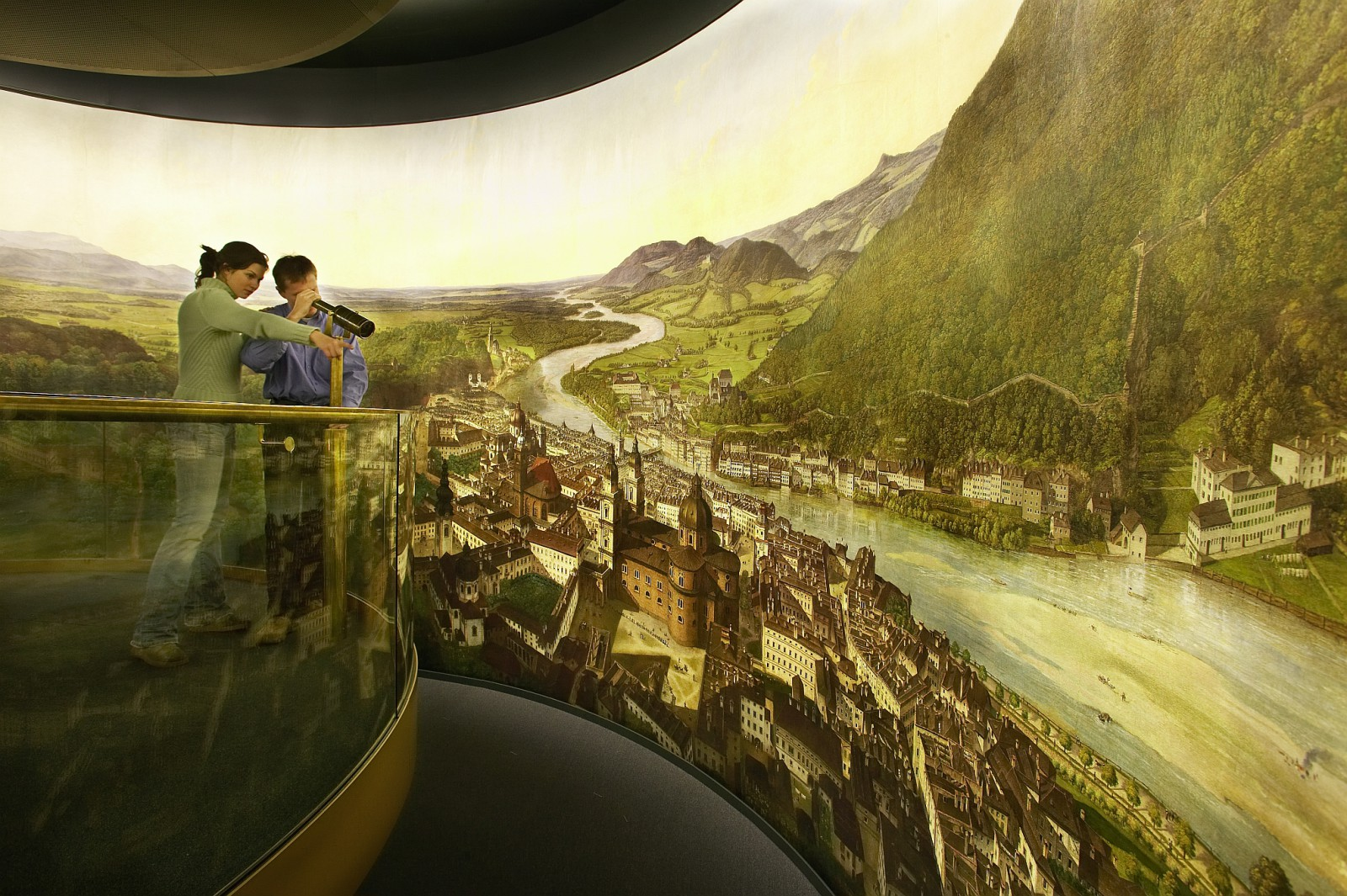 Mit dem Fernrohr auf Entdeckungsreise ©Salzburg Museum