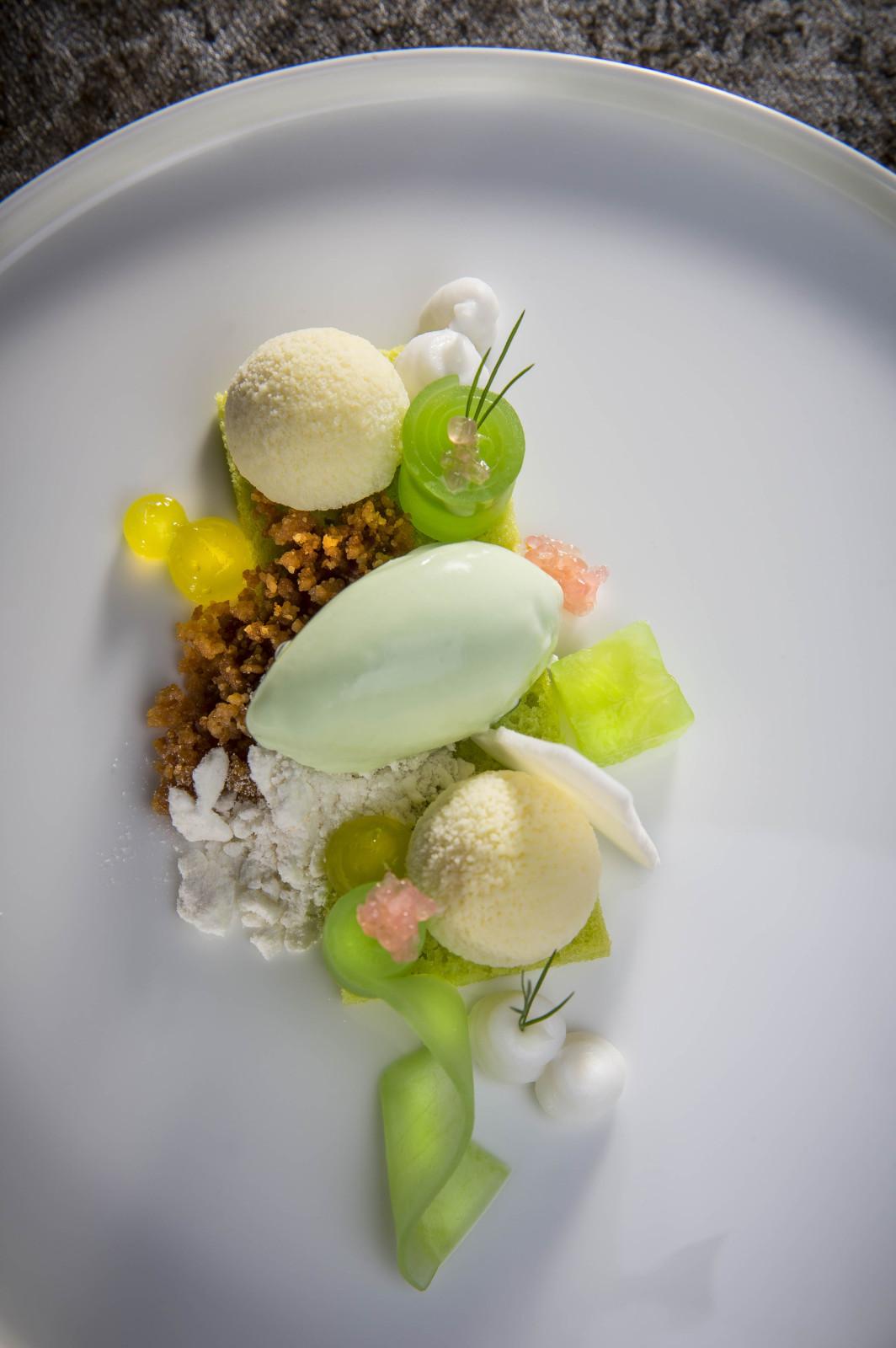 das Dessert: Gurke mit weißer Schokolade und Yuzu, auf eine Scheibe Dillkuchen gebettet