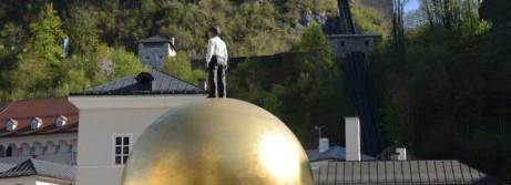 Goldene Kugel mit Mann
