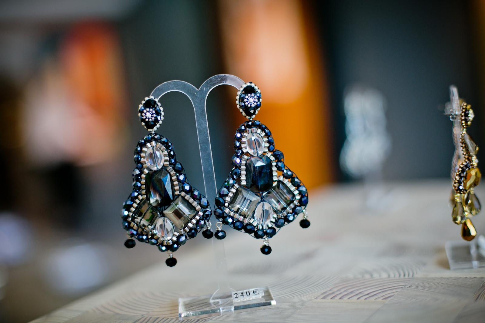 Maschalina arbeitet mit Swarovski Perlen