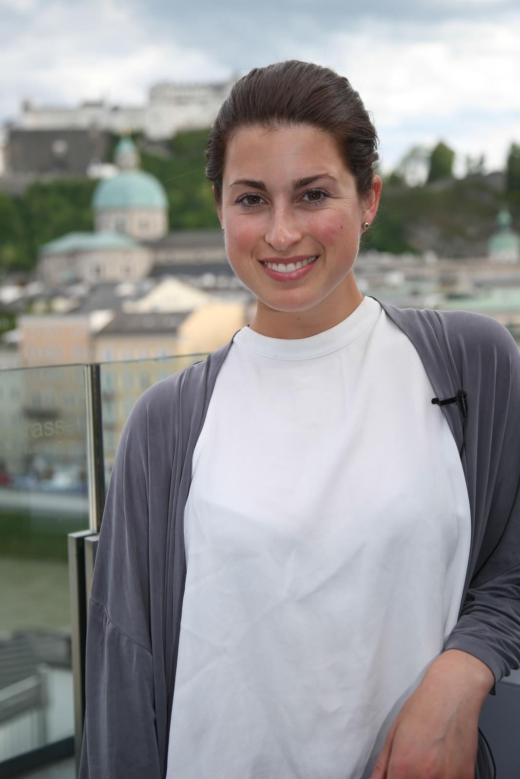 Ann Sophie auf der Steinterrasse hoch über den Dächern der Mozartstadt ©SLT