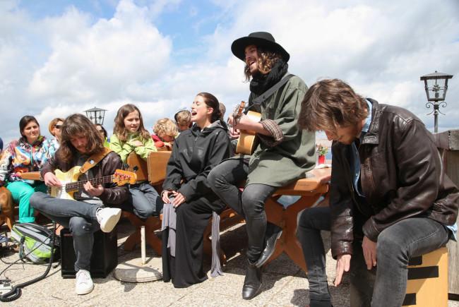 Nach dem Essen ließen sich die Musiker zu einem spontanen Konzert hinreißen - ganz zur Freude der vielen Wanderer auf dem Zwölferhorn ©SLT