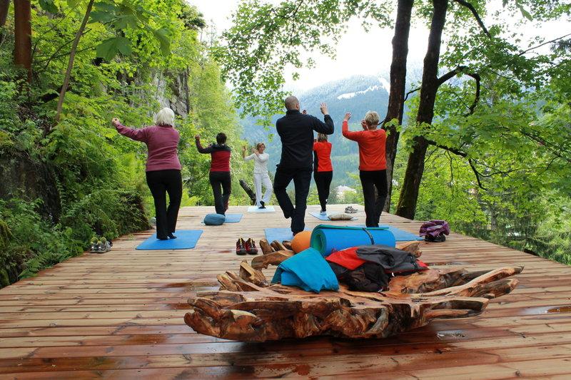Die Yogaplattform mit Blick auf das Tal