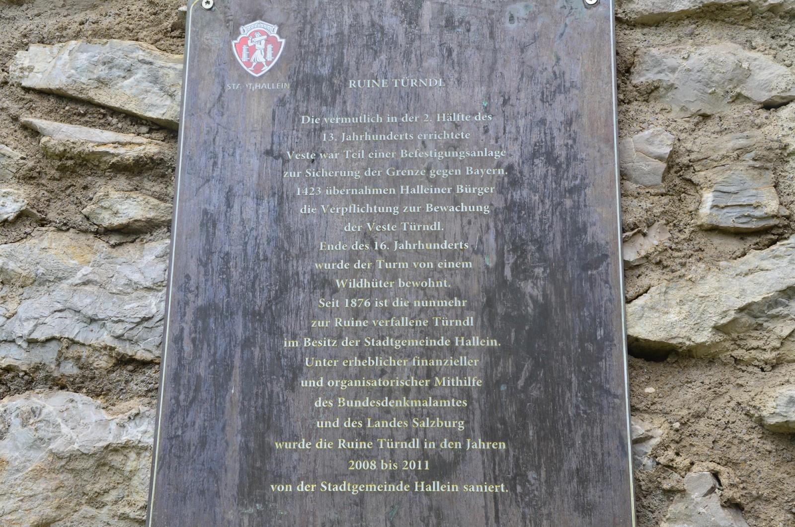 Eine Tafel mit Wissenswertem über die ehemalige Stadtbefestigung.