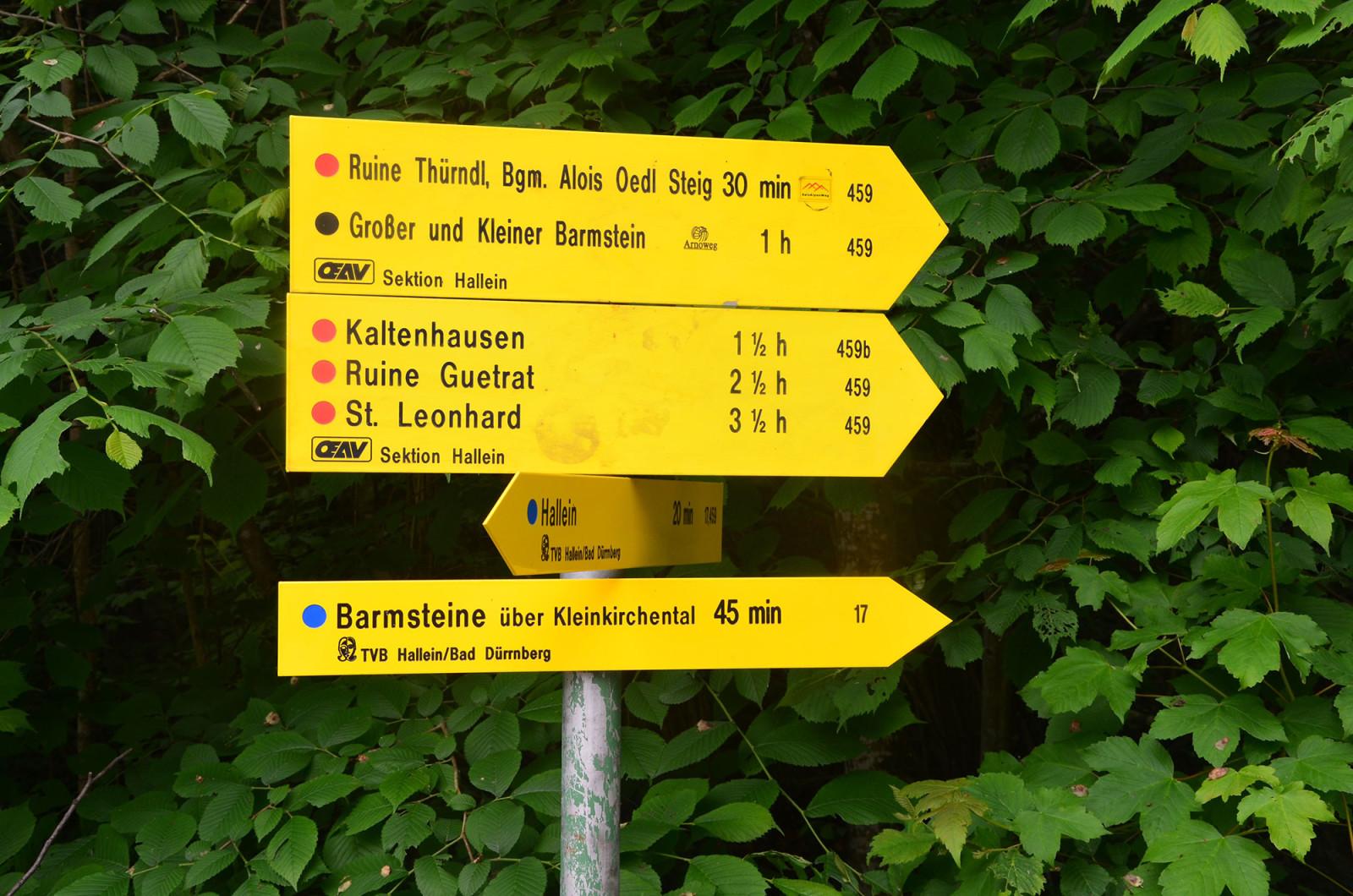 Die Wegweiser weisen den Weg zur Ruine Thürndl.