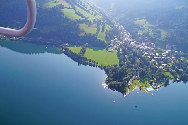 Wir schweben über den Zeller See hinweg in Richtung Hochkönig.