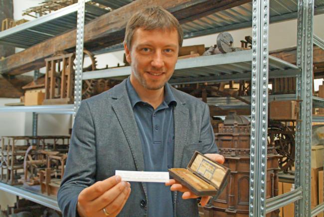 Museumsleiter Florian Knopp zeigt die ersten zwei Zigarren, die im Jahr 1869 in der k.k. Tabak- und Zigarrenfabrik Hallein gefertigt wurden. Auch sie lagern am Dachboden.