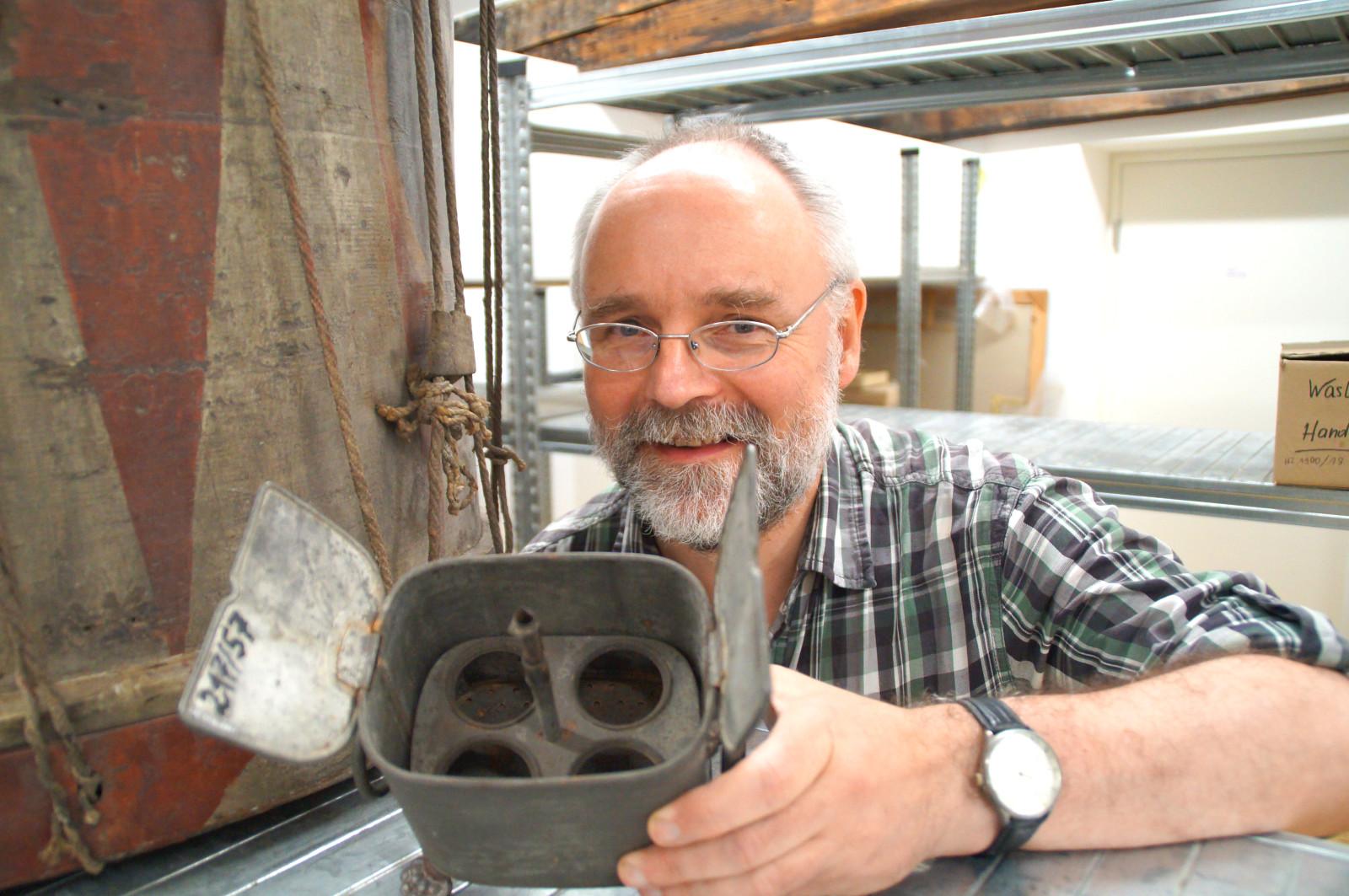 Was das ist? Archäologe Dirk Böckmann zeigt einen antiken Eierkocher.
