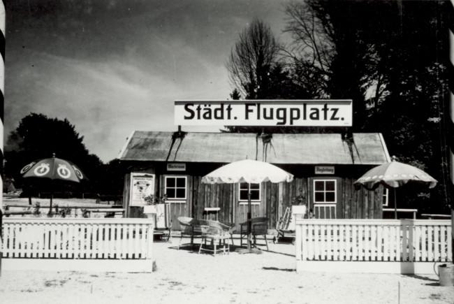 Der Städtische Flugplatz Salzburg bei seiner Eröffnung 1926